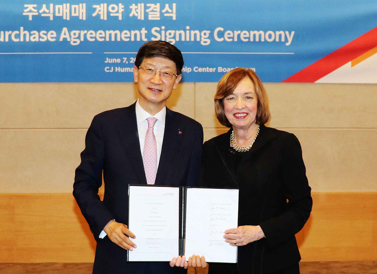 Keun-tae Park (Left) and DSC Logistics CEO, Ann Drake are taking pictures at the securities purchase agreement signing ceremony that was held in CJ Humansville.
