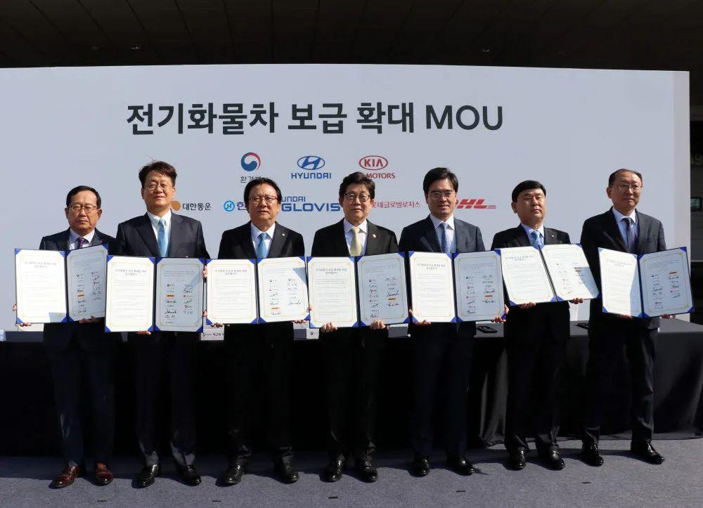 韩国环境部部长赵明来(左四)