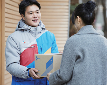The courier delivering the courier and the customer receiving the courier laugh when they face each other.